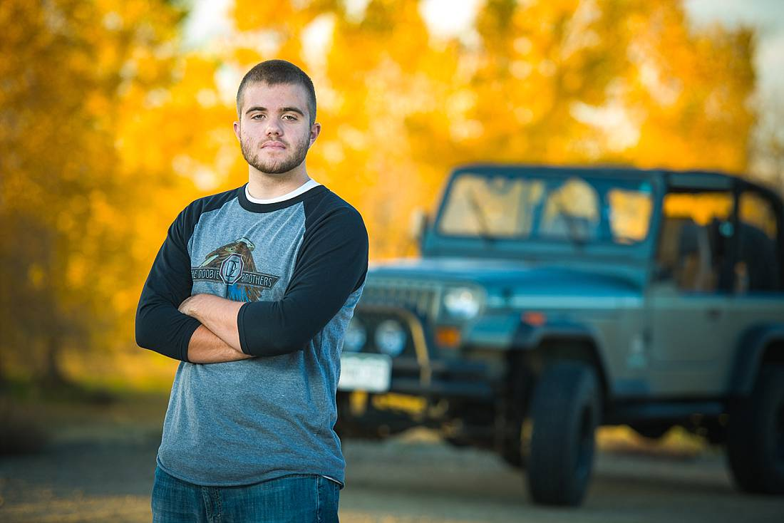 Senior portrait of guy with his Jeep in the background